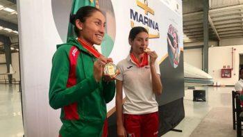 Llegan atletas ganadoras de medalla en Mundial de Marcha