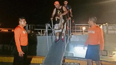 Rescatan a tripulantes de buque atunero