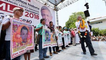 Padres de normalistas acompañan a AMLO en evento en Iguala