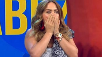 Raúl Araiza sorprende a Andrea Legarreta con beso en la boca