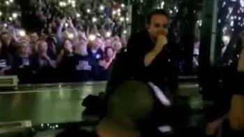 Bono sufre caída y canta desde el suelo