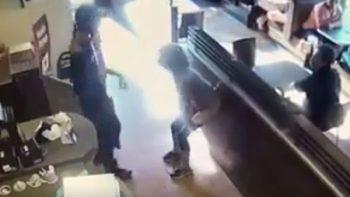 Se enoja y lanza su excremento por no prestarle el baño (VIDEO)