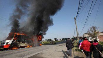 Queman camiones de transporte durante protesta en Edomex