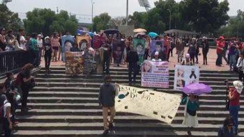 '¡Ni una más!', gritan durante marcha en recuerdo a Lesvy en CU