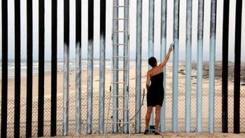 Usan el muro fronterizo como escenario