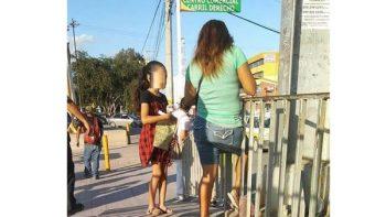 Madre da lección a su hija poniéndola a vender chicles