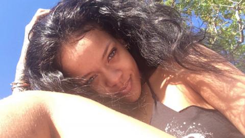 Rihanna muestra su trasero con estrías y piernas sin depilar