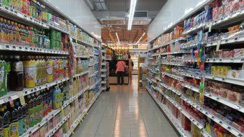 Ladrón hipnotiza a cajeras de supermercado y roba dinero
