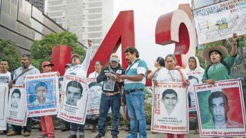 Padres de los 43 solicitan a la Corte que no los traicione'
