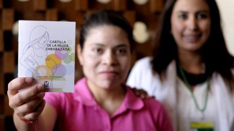 Distribuye IMSS cartilla de la mujer embarazada