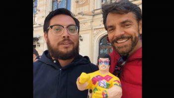 Regalan piñata a Eugenio Derbez en Rusia