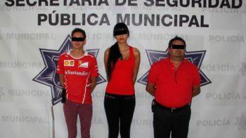 Detienen a actriz porno en Chihuahua por desnudo en monumento