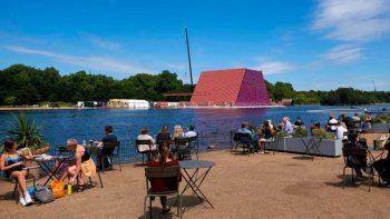 Artista estadounidense presenta obra flotante en lago de Londres