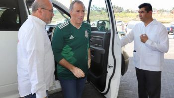 Secretario de Hacienda acompaña a Meade a ver juego de México