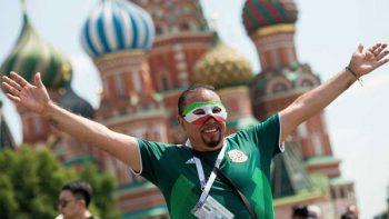 Aficionado se lanza de farol en Moscú y convulsiona