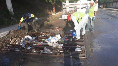 Cuadrillas de COMAPA limpian pluviales y pozos de visita