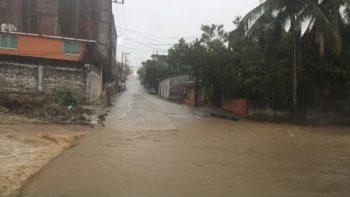 Crecida de río por 'Carlotta' arrastra a una persona en Oaxaca