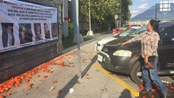 Protestan con tomatazos contra Bomberos