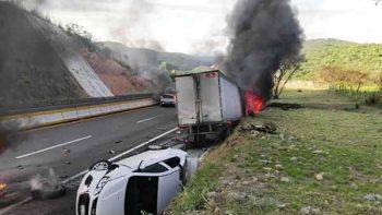 Choque en Autopista del Sol deja tres heridos
