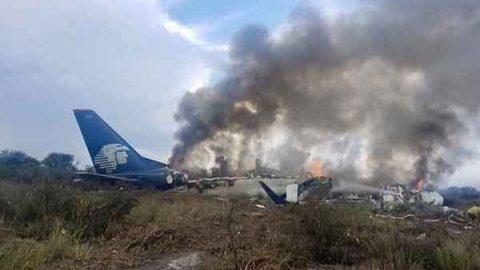 Inicia remoción de restos del avión accidentado en Durango