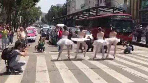 ¿Por qué bailarinas de ballet danzaron en medio de la calle?