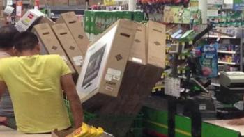 Duermen 60 en tienda para comprar TV a 2 pesos