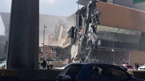 Descartan víctimas por derrumbe en Plaza Artz, de manera preliminar