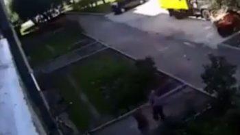 Dos hombres rescatan a bebé que cayó de un edificio en Rusia (VIDEO)