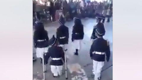 Niño se convierte en ejemplo al marchar en la escolta escolar (VIDEO)