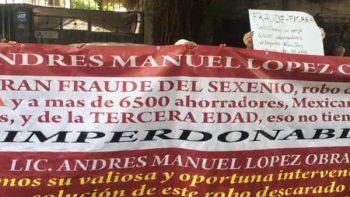 Ahorradores de Ficrea piden justicia en casa de transición de AMLO