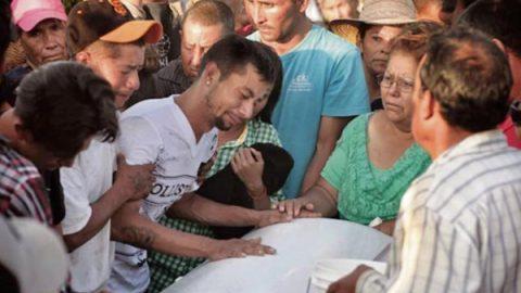 Familiares y amigos dan último adiós a la pequeña San Juana