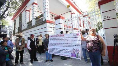 Jubilados piden apoyo en casa de transición de AMLO