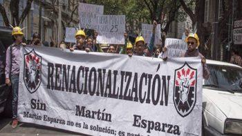 Protestan extrabajadores de extinta LyFC en oficinas de AMLO