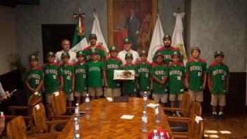 Abandera Jesús de la Garza a peloteritos que representan a México