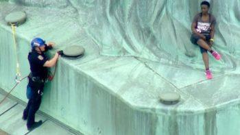 Mujer se sube en protesta a la Estatua de la Libertad (VÍDEO)