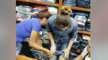 Ladrona es cacheteada al descubrirla con varios jeans empalmados (VIDEO)