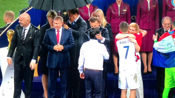 Rusia baja el telón con lluvia y honor