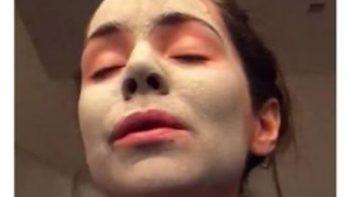 Camila Sodi canta con mascarilla