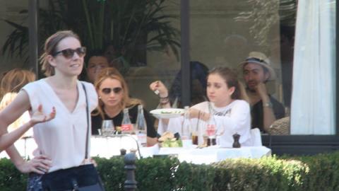 Captan a Angélica Rivera de vacaciones en París con sus hijas