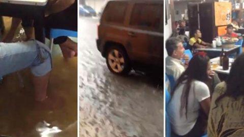 Cantina se inunda, pero los clientes siguen tomando en Tabasco