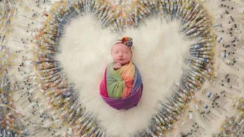 Fotografía de recién nacida entre jeringas se viraliza