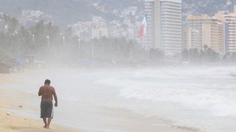Cierran puerto de Los Cabos a embarcaciones menores por 'John'