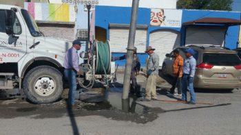 Sondean y limpian alcantarillas en calle Poza Rica, en la Petrolera