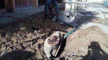 Reparan fuga de agua en La Cañada