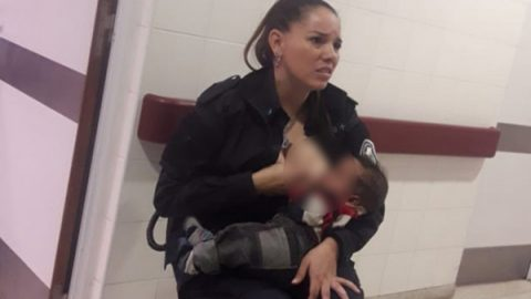 Mujer policía amamanta a bebé abandonado en un hospital
