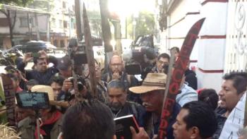 Protestan contra nuevo aeropuerto frente a casa de transición de AMLO