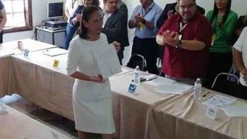 Cristina Diaz recibe constancia de mayoría