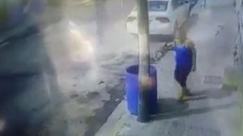 Indigna video de mujer tirando a la basura a un cachorro en Monterrey