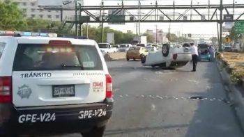 Volcadura en avenida Miguel Alemán causó tráfico pesado