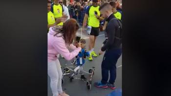 Niño 'participa' en maratón con aparato inventado por sus padres (VIDEO)